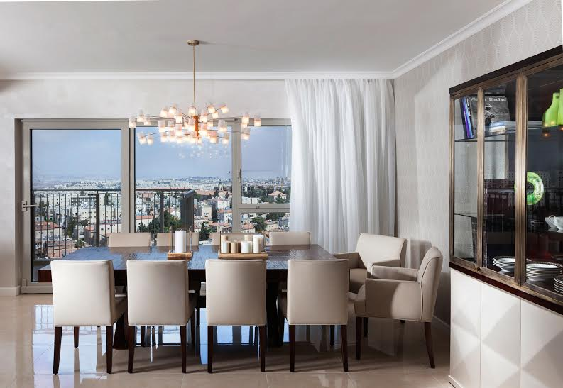 Large Dining Area with plenty of room for entertaining, can be koshered and ready for Pesach.